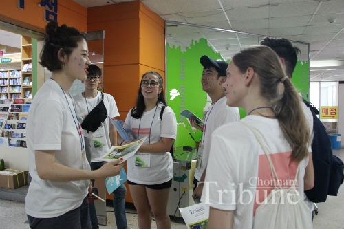 International Students During Campus Tour with Korean Buddy